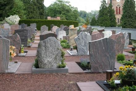 Festgelegt hat das oberste Verwaltungsgericht, dass nur per Gesetz ein Verwendungsverbot für Grabsteine aus Kinderarbeit verfügt werden kann. Eine Friedhofssatzung darf das nicht.