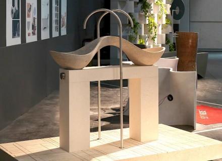 """Esta variante de la Vicenza Stone suele acabar como desecho, ya que sólo tiene dos tonos. Aquí, no obstante, cada tono recibió su propia pica de lavabo. A través de la construcción de soporte, donde su utilizó una variedad más de color, los lavabos son accesibles desde cualquier lado. Su título: """"Yi bèi""""."""