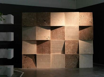 """En """"Dynamic Surface"""" se han utilizado diversas variantes del mármol travertino di Siena. Se trata de una pared con formas cúbicas cuya parte delantera ha sido serrada de forma perpendicular, y que están giradas en diversas direcciones."""