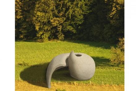 """""""Nautilus"""" di Silvia Sterzi. L'ammonite, retaggio di una esistenza passata, lascia la propria traccia come guscio nella pietra, che riprende nuovamente vita come spazio espositivo."""