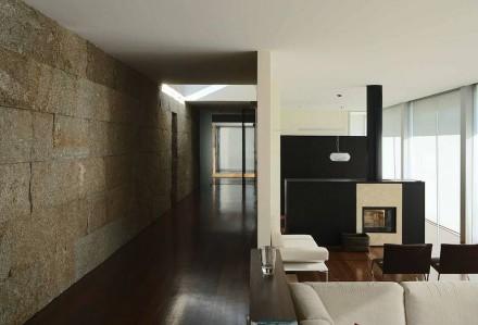 Con piccoli blocchi di pietre naturali l'architetto tedesco Anton Graf ha progettato una casa in Portogallo in modo insolito.
