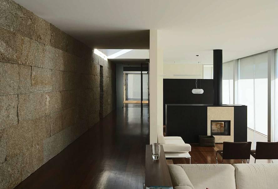 Un grueso panel de muro seco se extiende por toda la casa for Paredes exteriores decoradas