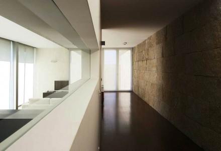 Una casa con una spina dorsale di questo tipo necessita però di una suddivisione particolare. Qui infatti è percorsa da un corridoio su entrambi i lati del muro...,