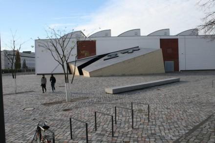 Die Halle des ehemaligen Blumengroßmarkts mit dem Vorplatz und Libeskinds neuem Zugang.