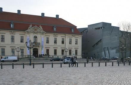 Blick von der Akademie: Zum Gesamtensemble gehört auch der Barockbau des ehemaligen Kollegienhauses, das heute als Zugang zu Libeskinds Museumsgebäude dient.