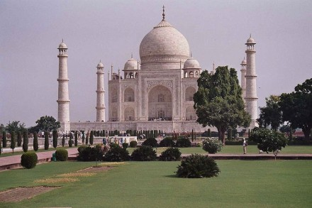 In peace and beauty: the Taj Mahal clad in Indian marble. Photo: Wikimedia Commons