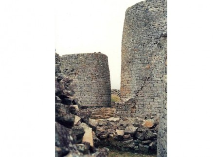 The dry-stone-walls of Great Zimbabwe show the mastership Africans had gained in working granite already between the 11th and 14th century. The World Heritage site contains the ruins of an old kingdom which was located in the territory of today's Zimbabwe.