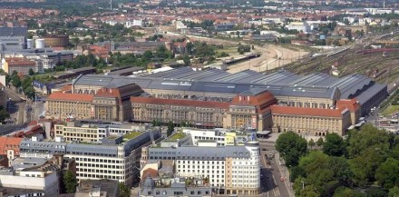 Ein monumentales Gebäude mit Sandsteinfassade ist der Leipziger Hauptbahnhof. Kurios: es gibt zwei Empfangshallen, weil er sowohl von der preußischen als auch der sächsischen Eisenbahn genutzt wurde. Foto: Appaloosa / Wikimedia Commons