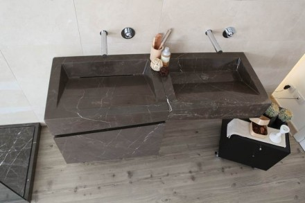 Asp Progretti designers repeated the geometric play in the wash-basin console, which perpetuates the trapezoid shapes.