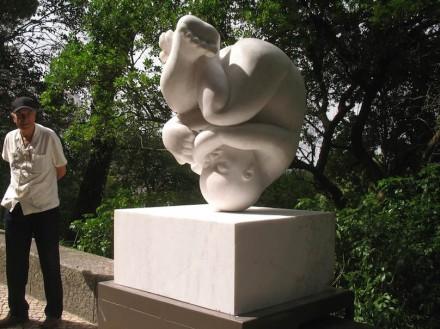 """Beatriz Cunha: """"Fetus"""", mármore."""