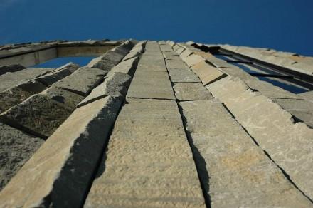 La cubierta de la fachada parece haber sido colocada por gigantes.