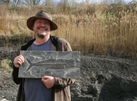 """In der Tongrube Rauenberg sind noch viele wissenschaftliche Schätze zu bergen. Das Bild zeigt Prof. Eberhard """"Dino"""" Frey mit einem in Rauenberg entdeckten fossilen Thunfisch."""