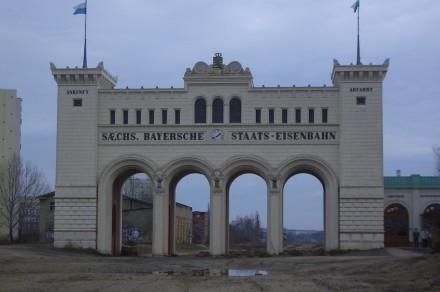 Das historische Empfangsgebäude der Station Bayerischer Bahnhof im Jahr 2005. Foto: Marvel/Wikimedia Commons