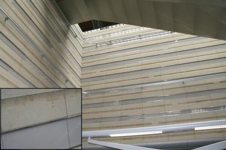 Die Wände sind mit Kalksteinplatten verkleidet, durch die horizontal polierte Auskehlungen (Kanneluren) verlaufen. Dazwischen gesetzt sind Reihen aus Acrylglas mit Edelstahlfugen. Foto: Peter Becker