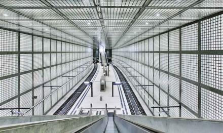 """Sehenswert ist ebenfalls die Station """"Wilhelm-Leuschner-Platz"""", gestaltet von Max Dudler. Wände und Decken sind mit Glasquadraten verkleidet. © Deutsche Bahn AG/Martin Jehnichen"""