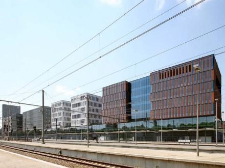 Un'ulteriore particolarità di tutto il complesso sono i piani terra degli edifici: essi ospitano i centri per i clienti della banca e sono, per questo motivo, aperti e progettati in modo invitante con il vetro. Come un nastro aperto percorrono tutto il complesso.