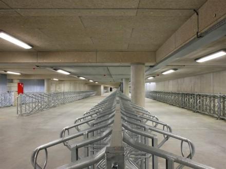 Nelle immediate vicinanze della stazione c'è, a piano terra, un posteggio per circa 5000 biciclette.