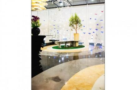 Destaca también el suelo del stand, decorado con círculos concéntricos que dan un toque de color junto con el verde de las plantas. La idea de los círculos es que den la impresión de una piedra que ha sido lanzada al agua y crea olas.