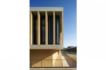 También en el exterior del nuevo edificio se ha utilizado piedra caliza de forma llamativa, para decorar los pilares verticales delante de las ventanas.
