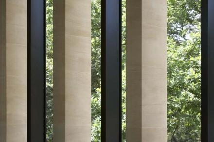 El reto consistía en crear de esta forma líneas verticales de 4,5 m de alto, ya que los pilares se encuentran tan cerca los unos de los otros que cualquier desviación se hace evidente enseguida.