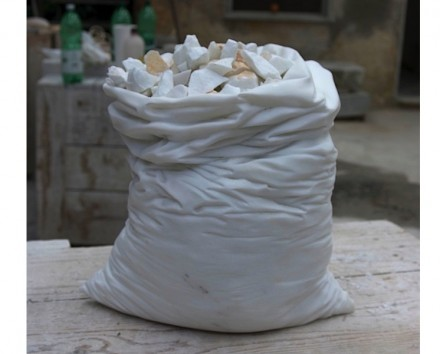 "Orlandi Giuljano: ""Sacco"", Carrara Marmor, 25x20x50 cm."