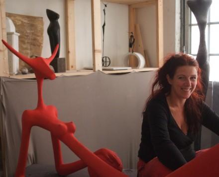"""Stefanie Oberneder mit ihrem Werk """"Die Sitzende"""", Kunstharz, 200x100x100 cm."""