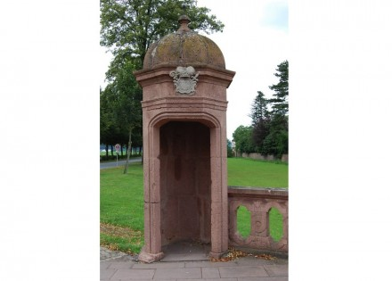 Schilderhäuschen im Schlosspark Corvey. Foto: Angela Marie / Wikimedia Commons