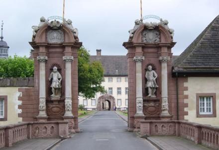 Torhaus des Schlosses. Foto: Autor: Spunky / Wikimedia Commons