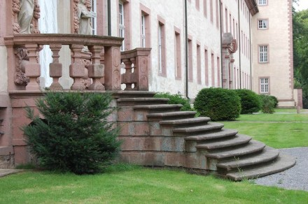 Treppe zum Schloss. Foto: Angela Marie / Wikimedia Commons