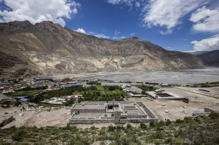 """e lá, a Comunidade Radiodifusora Mustang envia notícias e programas educativos para a população local e mantém os alpinistas informados sobre as condições climáticas. """"Mustang"""" é o nome deste distrito na fronteira com o Tibete."""