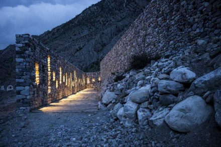 Janelas de vidro estão embutidas nas paredes da entrada, de modo a revelar visualmente os acessos.