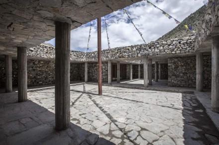 Colunas de concreto suportam o telhado ali.