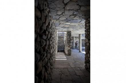 O teto é feito de lajes de pedra cobertas com concreto armado.