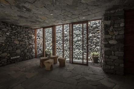 Além do pátio central ainda existem alguns pátios menores, através dos quais a luz natural ilumina todas as salas.