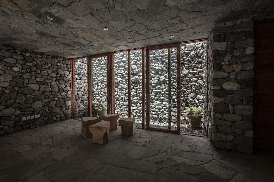 Muros de piedra se afianzan contra el viento del himalaya for Patios de piedra