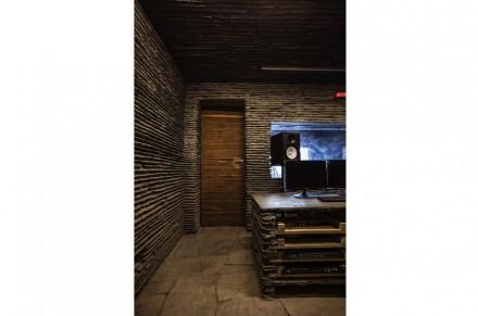 No interior, há um outro tipo de paredes de pedra: pilhas planas desenham ali linhas horizontais retas que se estendem por todas as paredes.