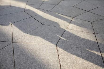 El pavimento de esta mini-plaza se basa en un motivo del arte islámico.