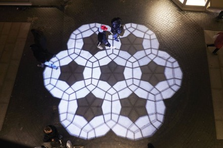 In addition to this more or less static geometry, there are mobile patterns: with the help of a projector, light patterns adorn the mini-plaza.