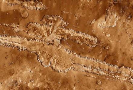 Valles Marineris, some 4000 km long and up to 8 km deep. Photo: Nasa / JPL-Caltech / Arizona State University