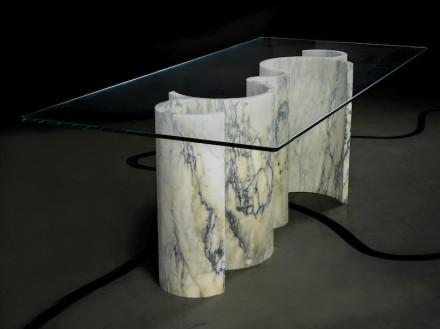 """Solid Senses"", Cini and Stefano Boeri: mesa ""Wave"" (mármol Paonazzo, 172x45x72 cm, 190 kg). Foto: Enrico Amici"