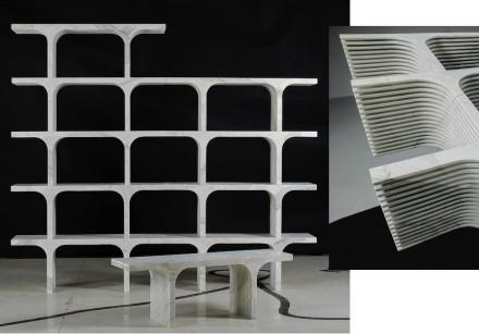 """""""Solid Senses"""", Paolo Ulian: """"Comb"""" (Calacatta Marmor, 120x42x31 cm, 60 kg). Die einzelnen Elemente könnten als Sitzbänke dienen oder zu einem Regal zusammengesetzt werden. Das Profil an ihren Seiten reduziert das Gewicht. Foto: Enrico Amici"""