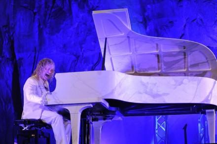 """David Bryan, de Bon Jovi, tocando el """"M-Piano"""". Foto: Maja Galli"""
