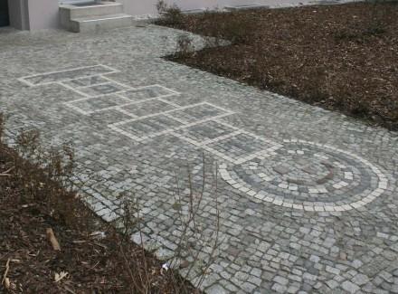 Hüpfspiele aus Naturstein sind ein mögliches Arbeitsfeld im Gartenbau für Steinmetze und Pflasterer.