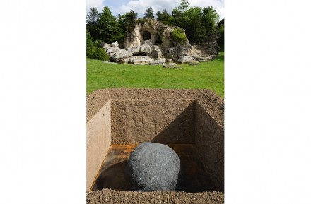 """Lee Ufan: """"Relatum, The Tomb, hommage to Andre Le Nôtre""""."""