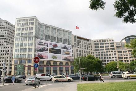 Preisfrage: welches der Gebäude neben der Botschaft Kanadas am Leipziger Platz ist immer noch nur Fassade?