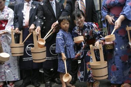 Seiyu Whang, de 5 anos, na primeira cerimônia de Uchimizu em Nova York, no verão de 2009, na Madison Avenue. Foto: © Rubenstein, fotógrafo Martyna Borkowski / Wikimedia Commons