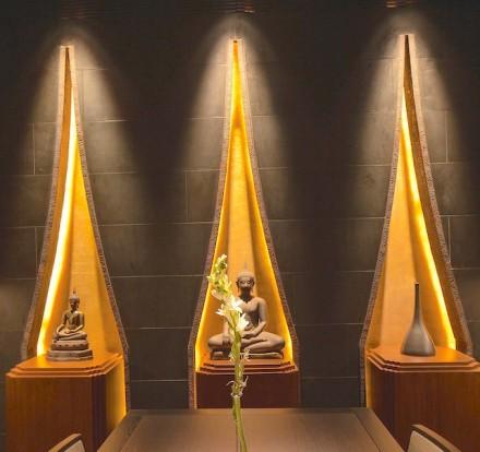 Contribui significativamente para essa atmosfera nas paredes da sala de jantar o basalto negro amaciado. Em frente a ela foram colocadas obras de arte. O feixe de luz, sob o qual elas estão, é um dos motivos principais do projeto: ele se utiliza do formato das Stupas.