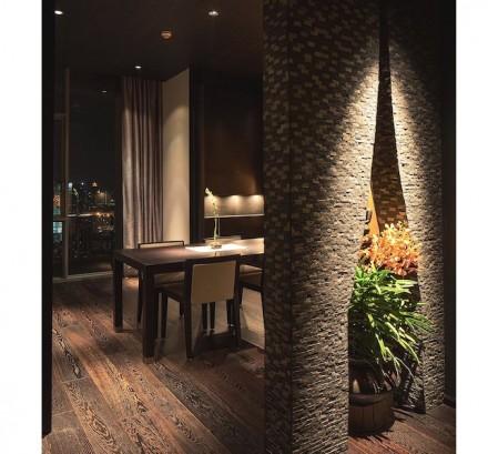 O mesmo motivo já chama o olhar na entrada do apartamento: ele é encontrado na divisão entre a sala de jantar e sala de estar. Ali ela é aumentada por um arco, que em nossa foto aparece adornado por uma magnífica planta.