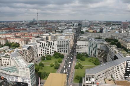 Leipziger Platz mit der Leipziger Straße (gesehen vom Kollhoff-Tower am Potsdamer Platz). Am linken Rand der Leipziger Straße liegt die Mall of Berlin.