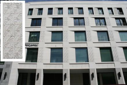 Nur am zweiten Gebäude in der Leipziger Straße sowie an der Ecke Voß- und Wilhelmstraße gibt es verspielte Ornamente.